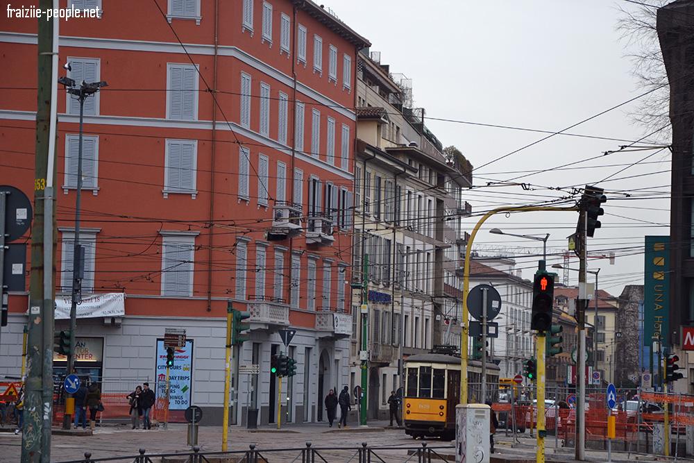 En sortant du château on se retrouve dans les rues de Milan qui n'ont rien à voir avec Paris ! La ville accueille de nombreux tramways traditionnels et un méli-mélo de cables entre chaque bâtiments qui servent aux tramways mais aussi aux lumières de la ville qui contrairement à chez nous sous au milieu des rues et non des réverbères de part et d'autre des rues ! Je trouve ce décors très pittoresque.