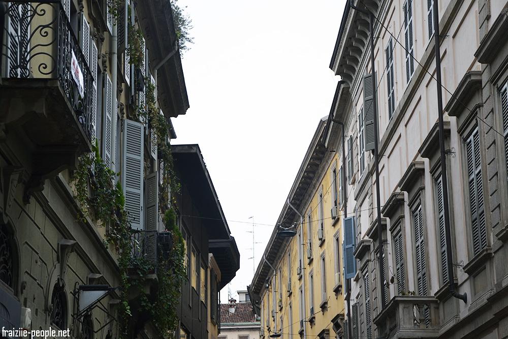 On suit notre guide qui nous conduit dans le vieux centre de Milan où l'on découvre des rues étroites avec des plantes aux balcons qui me rappellent les rues de Barcelone.