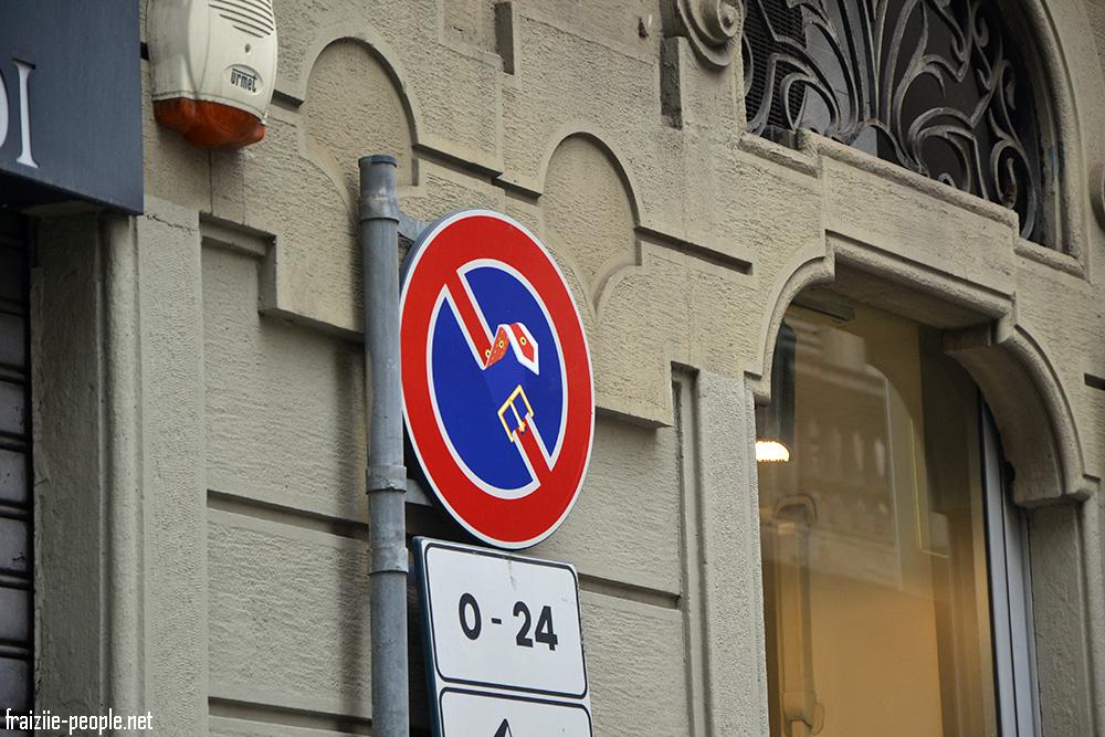 Au coin d'une rue on aperçoit un panneau d'interdiction de stationner redessiné qui nous rappelle que nous sommes dans la capitale du design.