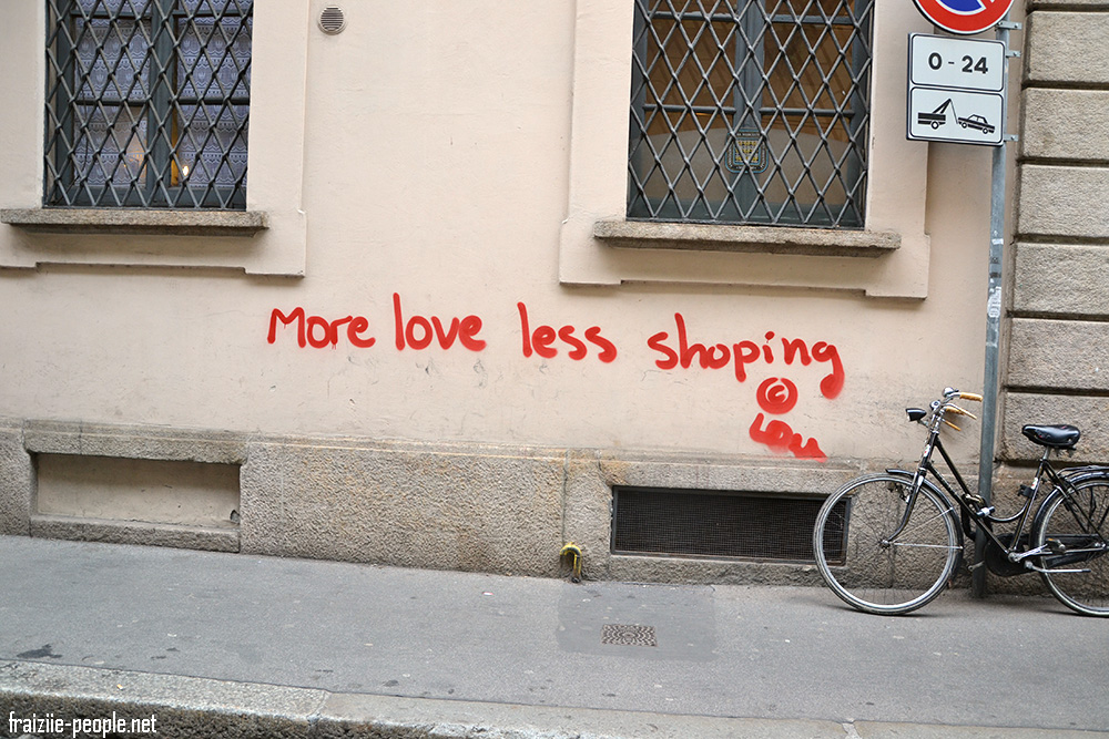 """Un peu de poésie paradoxale dans cette capital de la mode :) """"More love less shopping"""" ce qui signifie """"Plus d'amour et moins de shopping"""""""