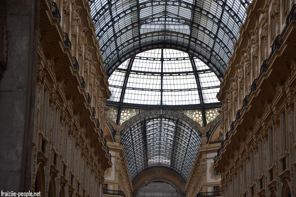 Un peu plus loin on est émerveillés par la Galleria Vittorio Emanuele II qui accueille les plus grandes marque de luxe Italiennes (Gucci, Prada...). L'architecture est sublime et grandiose.