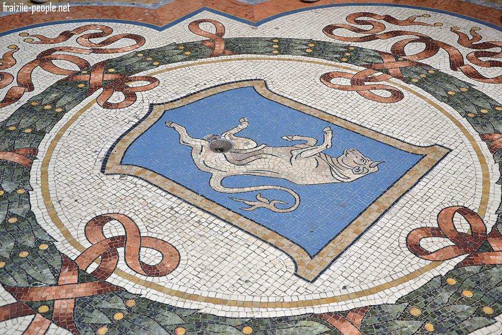 Le sol de la galerie en mosaïques abrite un taureau dont la légende dit que pour réaliser votre vœu il faut faire un tour complet avec votre talon sur ses parties intimes ! D'où le fait qu'aujourd'hui un trou se forme à cet endroit ! Chaque ville à ses légendes :)