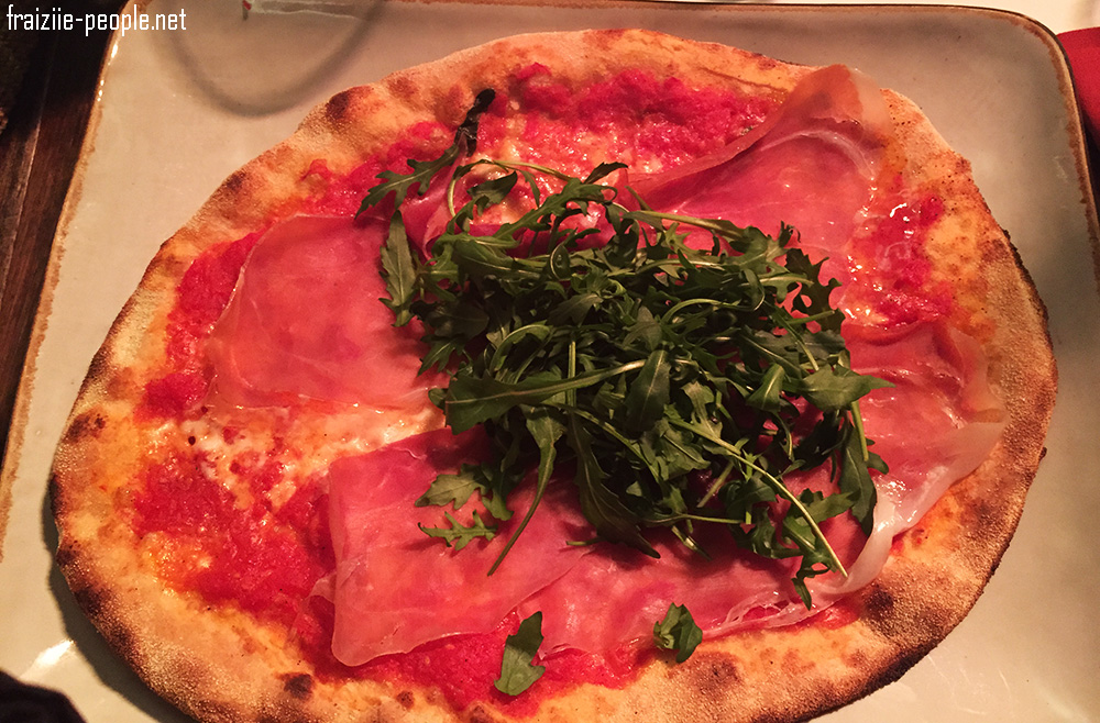 Nous mangeons le bar à Mozzarella Obica Duomo qui nous offre en amuse bouche le meilleur morceau de Mozzarella au lait de Buffle que j'ai jamais mangé :) Je commande une pizza au jambon de Parme délicieuse qui fond dans la bouche..... J'adore la gastronomie italienne :)
