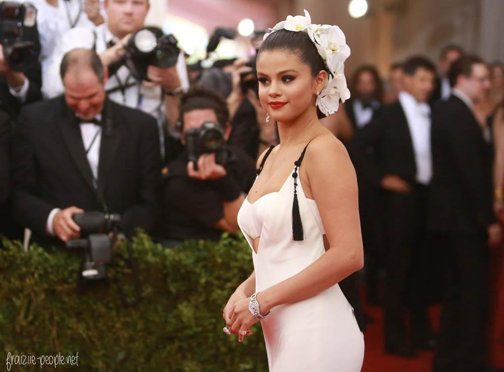 Selena Gomez sur le tapis rouge du MET Gala à New-York.
