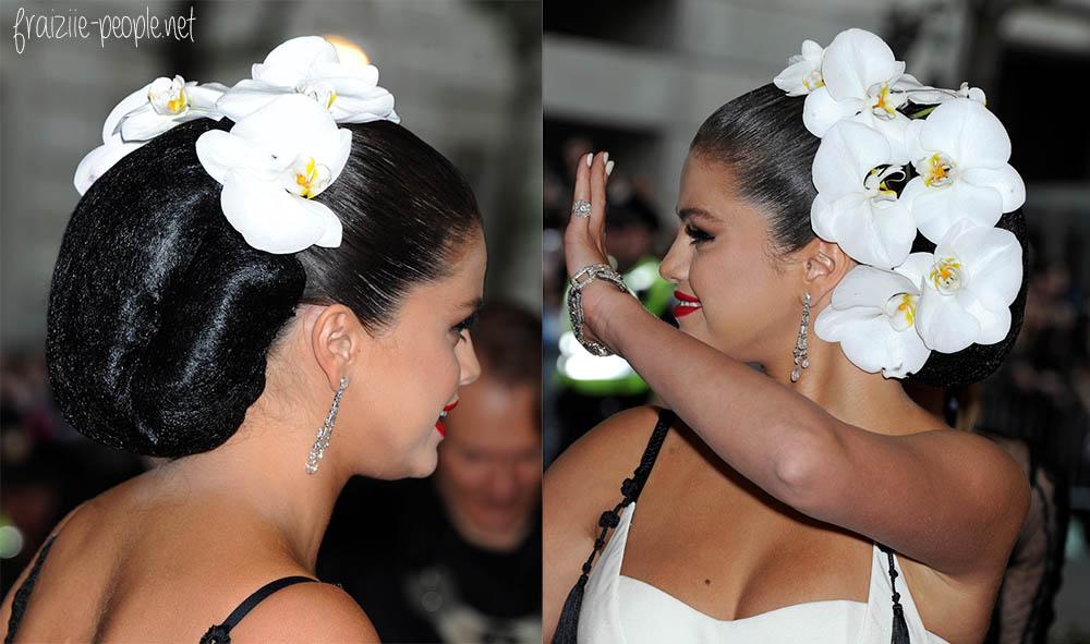 Selena portait une coiffure somptueuse avec des orchidées blanches, réalisée par le coiffeur de stars Renato Campora. Une parfaite petite mariée !