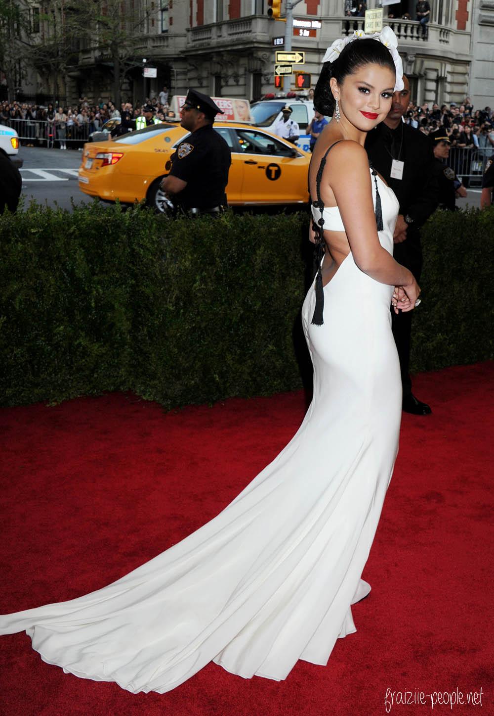 Selena Gomez dans une sublime robe blanche signée Vera Wang.