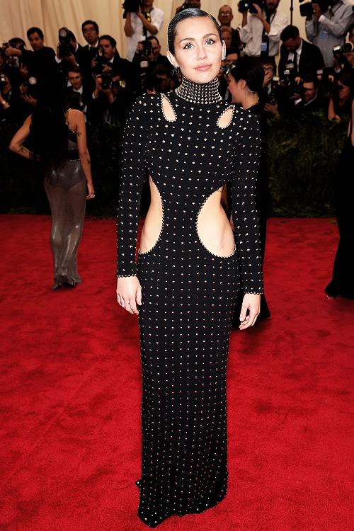 Miley Cyrus sur le tapis rouge du MET Gala à New-York.