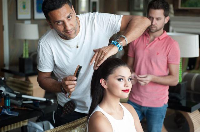 Selena Gomez en pleine préparation avec le coiffeur Renato Campora.  Elle est magnifique <3