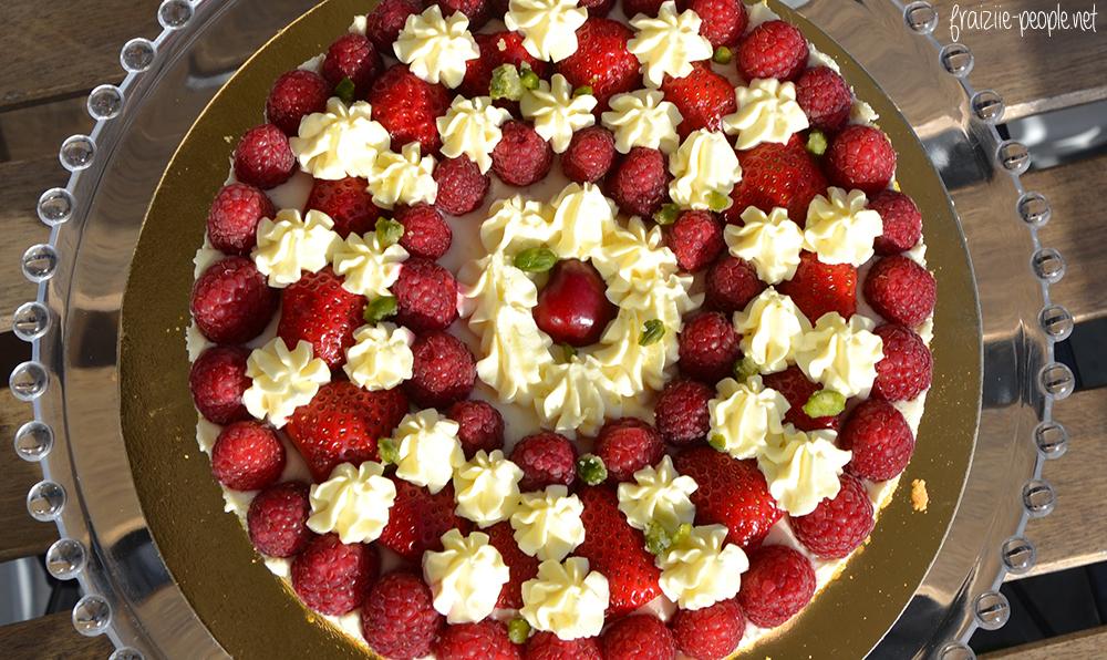 fruits rouges sur un biscuit moelleux aux pistaches