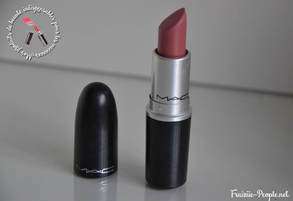 Et un rouge à lèvre :) Il s'agit d'un Brave de chez MAC.