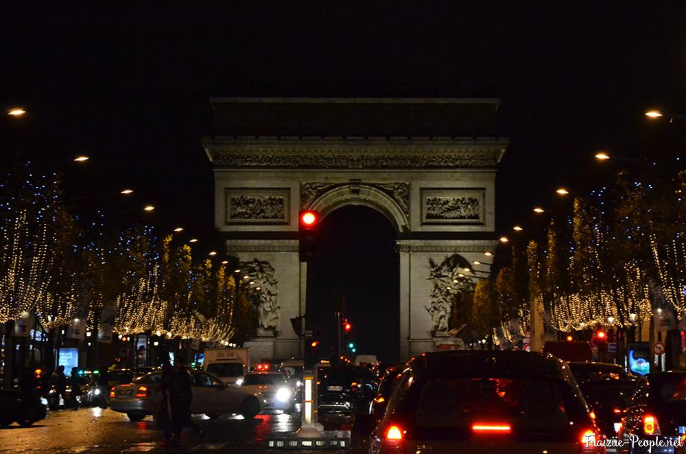 Balade parisienne tricolore Champs Elysées arc de triomphe