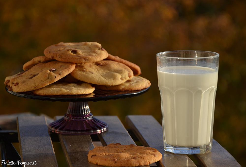 cookies caramel et noix de pécan, verre de lait