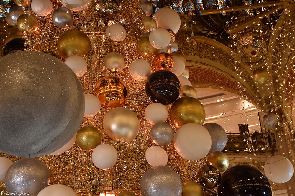 On a commencé la visite par La Coupole des Galeries Lafayette qui accueillait un magnifique et gigantesque sapin de Noël.